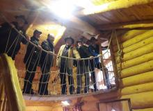 Reiter besichtigen die Sauna