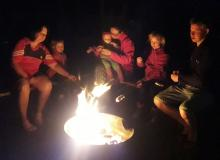 Stockbrotzubereitung über der Feuerschale